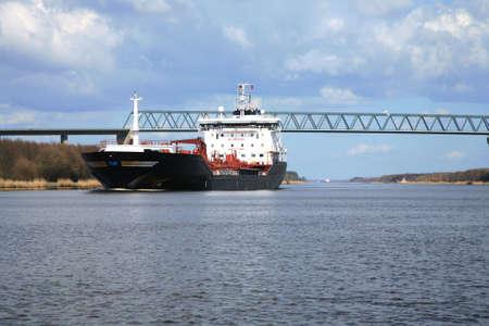 Öl Tank. Lieferumfang der Fracht auf den Nord-Ostsee-Kanal, Deutschland.