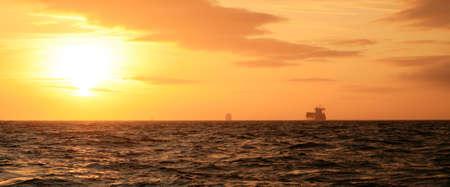 Sonnenuntergang am Meer Norden. Schiffe Containerschiffe, die im Zusammenhang mit den Himmel mit die Skyline.