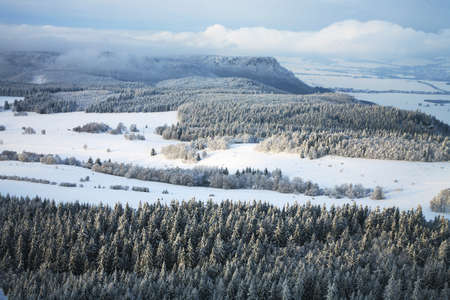 Table Mountain Range - Landschaft in der Nähe von kleinen, malerischen Pasterka Dorf in Polen im Winter. Berühmte Touristenattraktion. Standard-Bild
