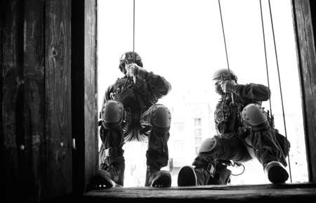 Subdivision anti-terrorist police during a black tactical exercises. Rope Techniques. Real situation.  Banque d'images