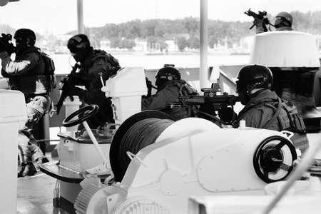 Soldaten Marines (Meer-Kommandos) einsteigen in ein Schiff in einem simulierten Angriff. Navy Soldaten Nichtbeförderung Teammitglied zugewiesen das Schiff für die eine Suche des Schiffes durchführen.