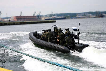 Vojáci námořní pěchoty (mořské Commandos) Stravování loď v simulovaném útoku. Navy Vojáci člen stravování Tým byl přidělen na loď za provádět prohlídky plavidla.