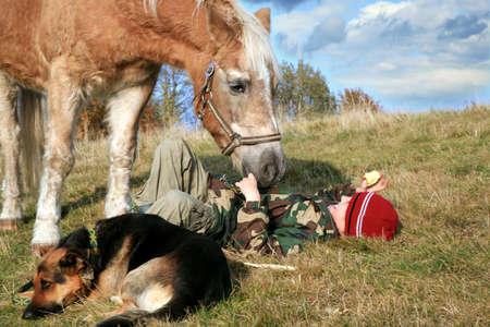 Das Kind und seine Freunde Pferd und Hunden. Alles Gute zum Leben auf dem Lande, die Familie