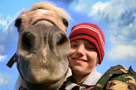 The child and his friends horse and dogs. Happy life in the countryside, the family Banque d'images