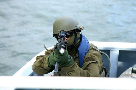 Soldat an Bord eines Schiffes. Die Marine-Spezialeinheiten, um das Schiff auf seiner Suche und Geiselbefreiung Übungen geben.