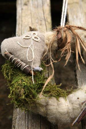 ahorcada: Mi corona de flores hechas a mano en la puerta con materiales naturales: ramas, palos, musgo, lino, lana de oveja Foto de archivo