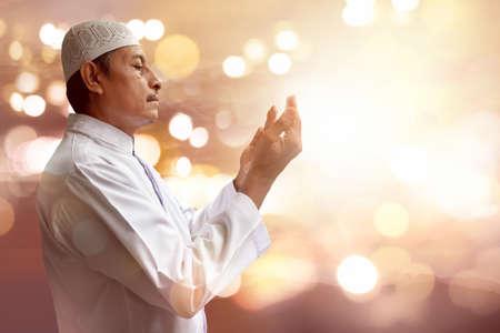祈るイスラム教徒老人