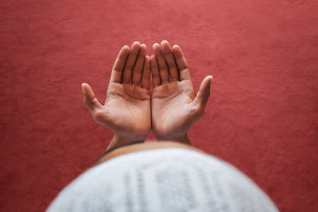 モスクで祈るイスラム教徒の男