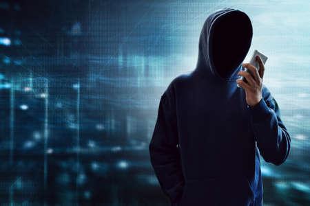 Hacker usando teléfono móvil Foto de archivo - 92350730