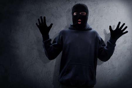 マスクされた泥棒が捕まった 写真素材