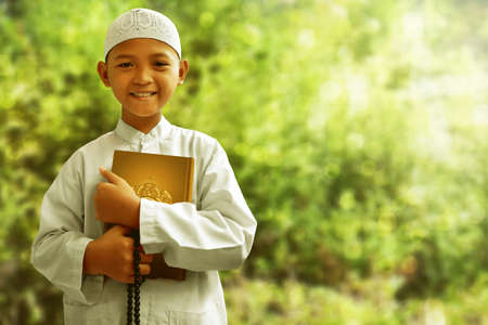 亚洲穆斯林小孩微笑