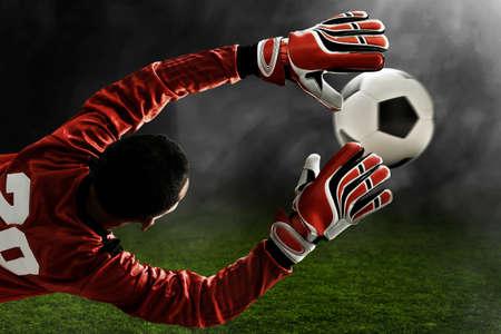 Fußballtorhüter fängt den Ball