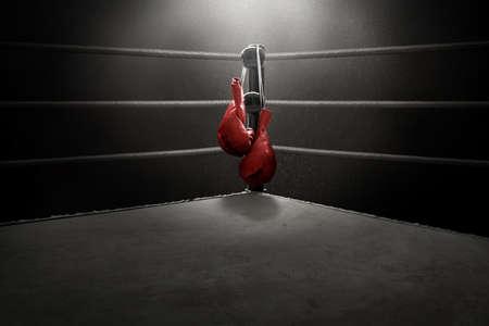 Guantes de boxeo colgando Foto de archivo