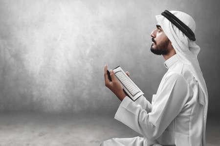 Homme musulman arabe religieux lisant le saint coran