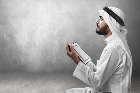 虔诚的阿拉伯穆斯林在读神圣的古兰经