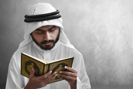 Religious arab muslim man reading holy quran Banque d'images