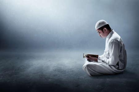 虔诚的穆斯林在读神圣的古兰经