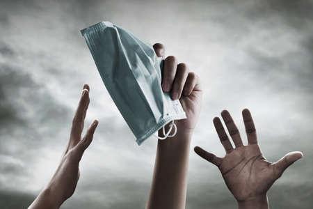 Hand holding medical face mask 免版税图像