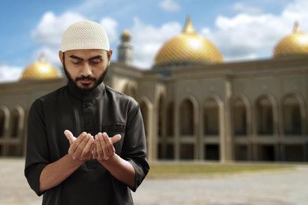 Religious asian muslim man use handphone Archivio Fotografico