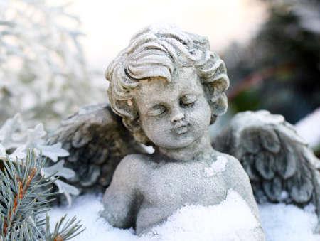 Grave Engel im Schnee Standard-Bild - 21696939