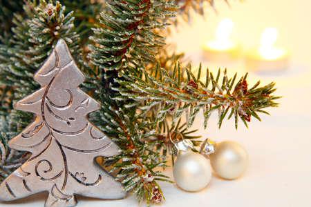 クリスマス ツリーのモミの枝の前に 写真素材