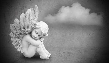 angel de la guarda: ángel en fondo gris Foto de archivo