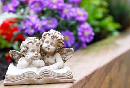 ange gardien: Ange tombe avant la floraison Banque d'images