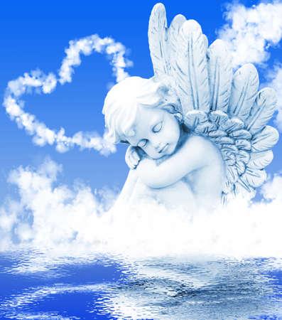 水の中の雲の前に天使を夢します。 写真素材