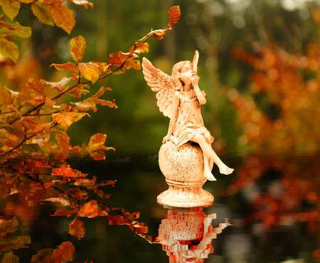 ange gardien: Anges dans les feuilles d'automne