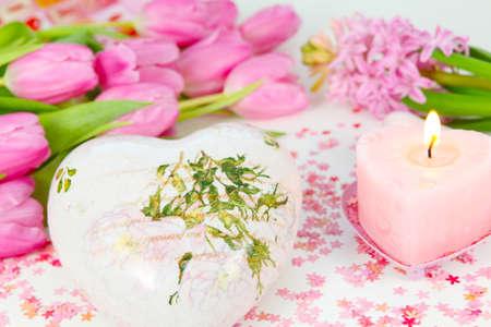 bougie coeur: coeur de d�coration, bougie coeur et fleurs Banque d'images