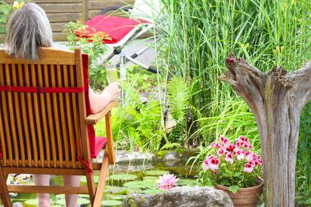 bassin jardin: Temps, profiter de champagne sur le bassin de jardin