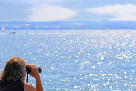 mujer mirando el horizonte: Picaz�n en los pies, con vistas al lago