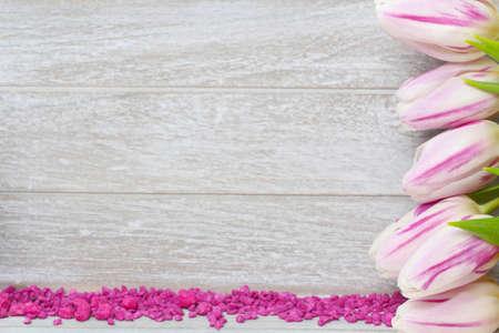 Grußkarte mit Tulpen und Ziersteine Standard-Bild - 25956142