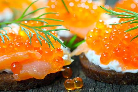 Vorspeise mit Lachs und Kaviar Standard-Bild - 26054171