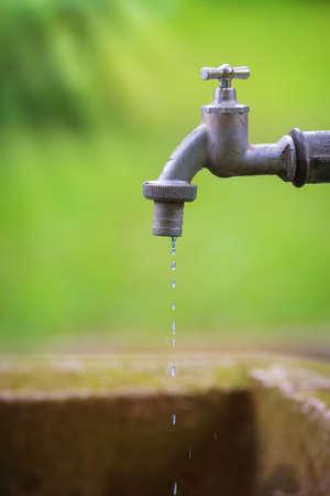 ahorrar agua: Grifo del goteo