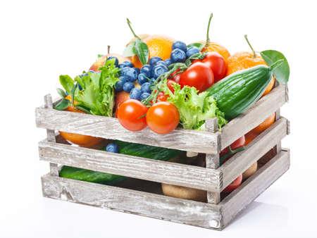 canasta de frutas: Frutas y verduras en caja de madera