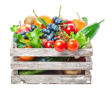 ensalada tomate: Frutas y verduras en caja de madera