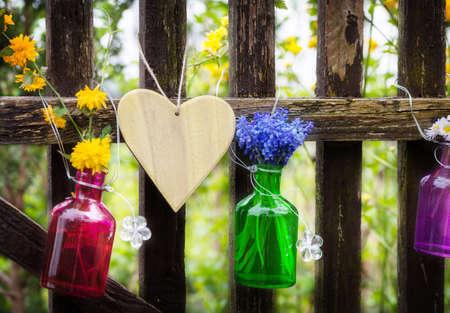 Bloemen decoratie in het tuinhek