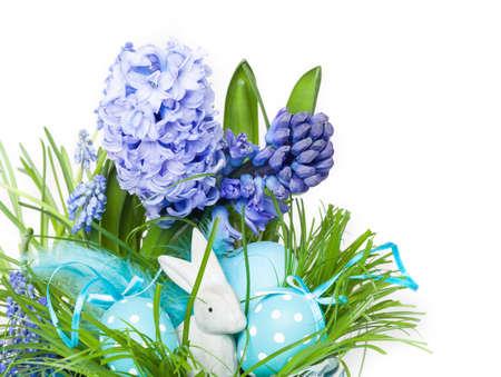 huevos de pascua: Easter grass, Easter Bunny, Easter decorations Foto de archivo