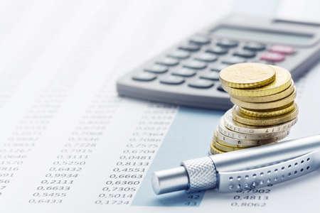 Finanse - stos euro, kalkulatory, stoły i długopisy