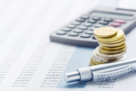 Finanza - pile, calcolatrici, tavoli e penne in euro Archivio Fotografico - 89053082