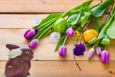 Easter bunny and easter eggs on wood, easter decoration Standard-Bild