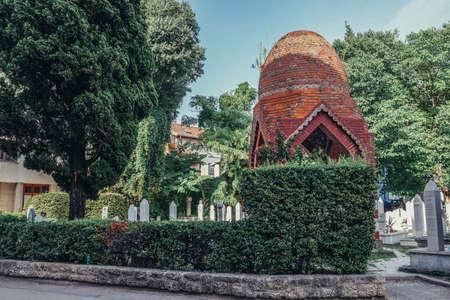Mostar, Bosnia and Herzegovina - August 25, 2015. Grave of Bosnian romantic poet Osman Dikic on the muslim cemetery in Mostar 新聞圖片
