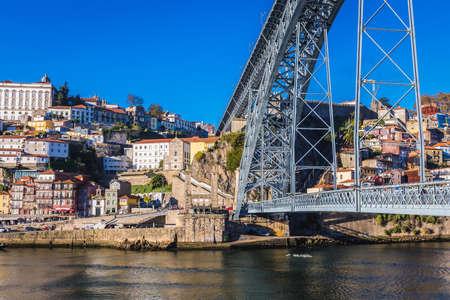 Vila Nova de Gaia, Portugal - November 13, 2017: Dom Luis I Bridge seen from a river bank in Vila Nova de Gaia city 新聞圖片