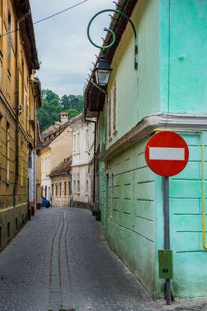 Narrow street in Brasov city in Romania Foto de archivo
