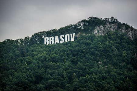 Brasov sign on Tampa mountain in Brasov city in Romania Foto de archivo