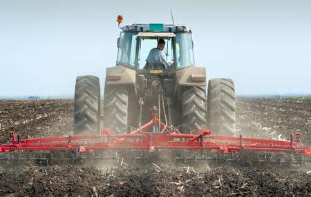 arando: Tractor arando los campos en primavera