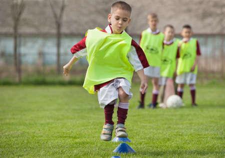 soccerfield: jongen spelen met een bal op het voetbalveld Stockfoto