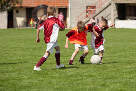 kinderen voetballen op het sportveld Stockfoto