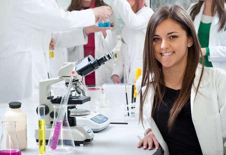 estudiantes medicina: Retrato de los estudiantes de medicina en el laboratorio